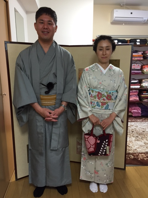 和歌山からお越しいただきましたご夫婦♪今日はお子様がおじいちゃんおばあちゃんとお出かけなので、 久々の京都デートだそうです♪ 京都市内のにぎやかな観光地ではなく、宇治のしっとりとのんびりした雰囲気を愉しみたいということで、 平等院や源氏物語ミュージアムなどにお出かけになりました。 当初は、降水確率90%だったのが、50%になり、ついには、晴れ間もでて、お出かけ中、雨に合われなかったそうです。 本当によかったです。 お着物がとってもお似合いの美男美女のご夫婦でした。 ありがとうございました♪